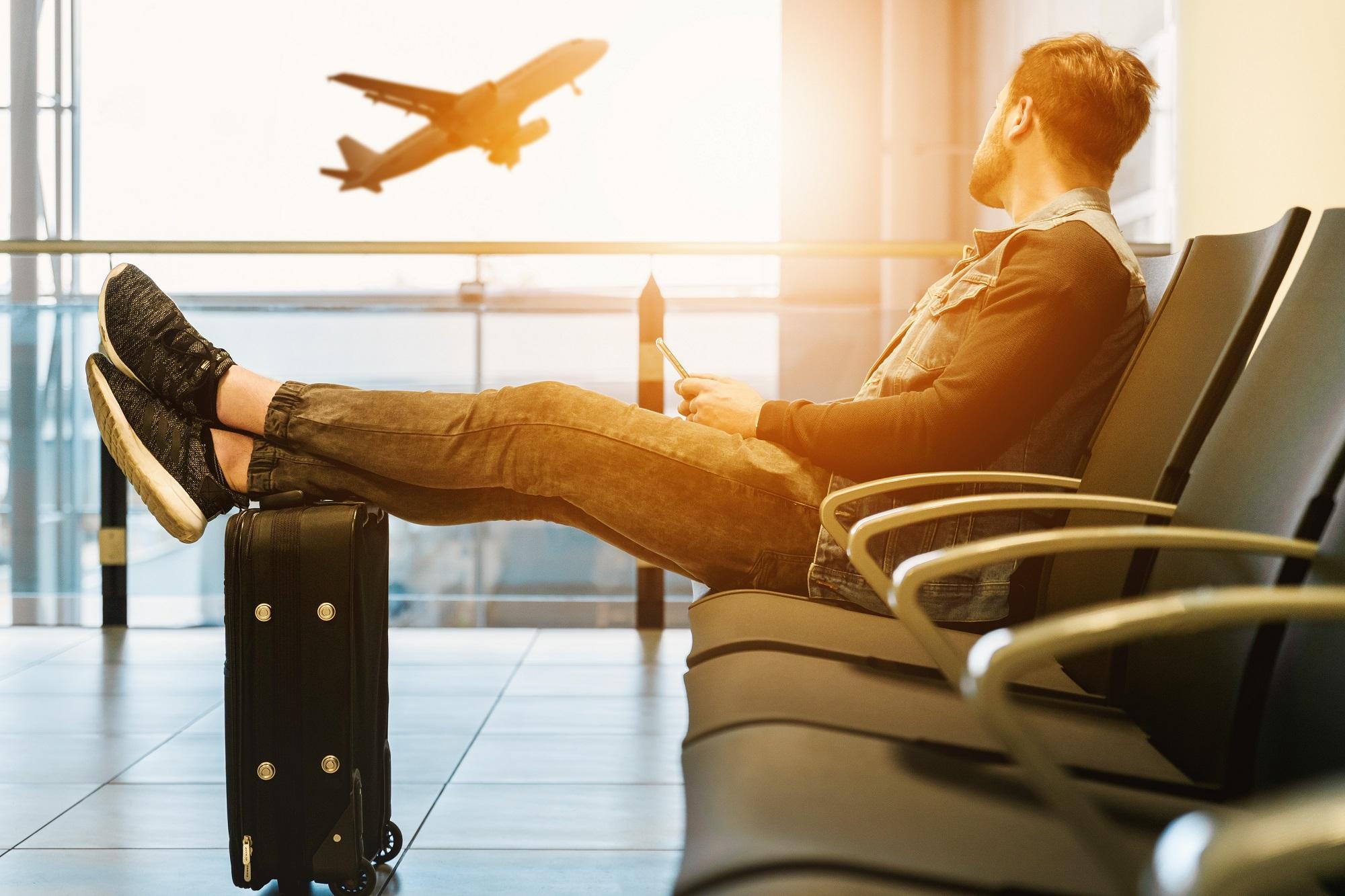 Geek Cat - Jaki biznes na lato - pomysły na wakacyjny biznes - podróż lotnisko